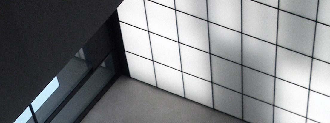 Die rund 20 Meter hohe Decke der Eingangshalle des Opernturms Frankfurt.