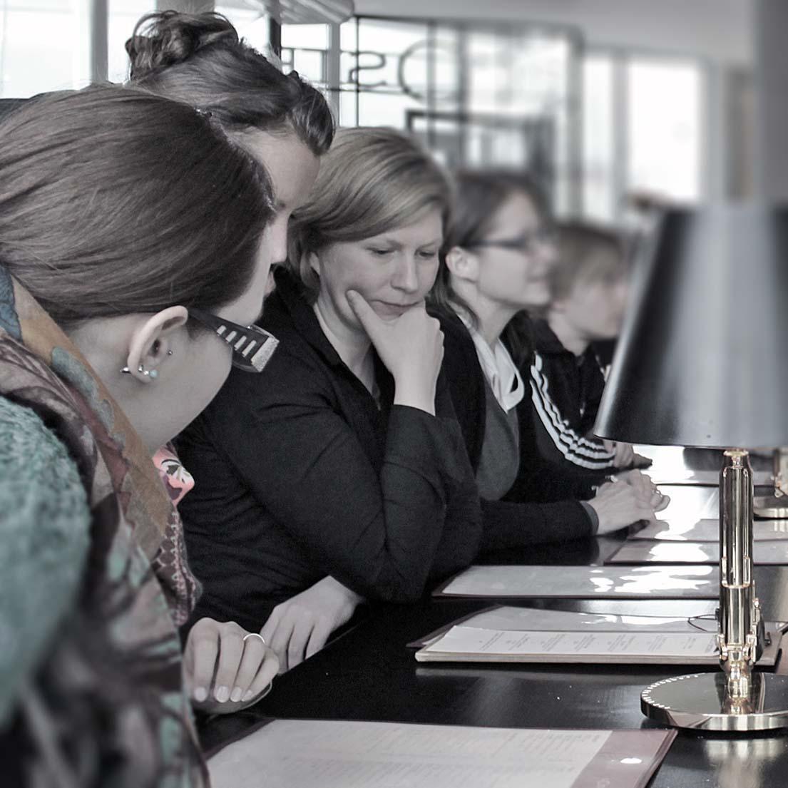 Simone Korte (Konzept und Gestaltung, Kronberg im Taunus) im Kreise von Kollegen/innen.