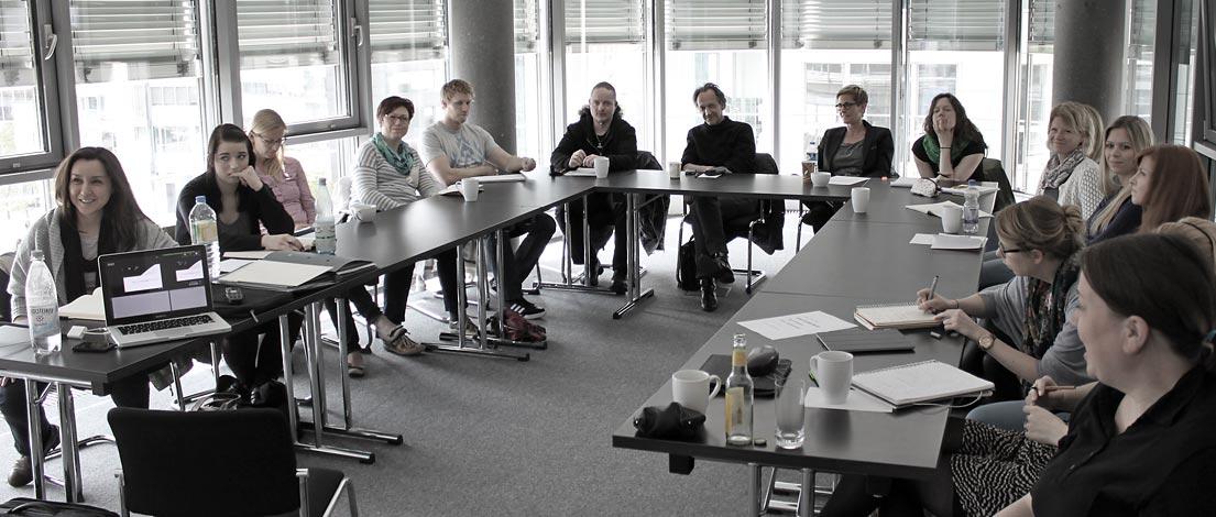 Yildiz Baris (TOMAHAWK GmbH, Köln), Sabine Barry (Bartenbach AG, Mainz), Christiane Fischbach (Internet Visionen Young, Boppard), René Hogen (Magellan GmbH, Düsseldorf), Björn Zimmermann (Einmahl Websolution GmbH, Köln), Thomas Dillier (Bureau Dillier, Basel), Ana Schlunken (Unternehmenskommunikation, Düsseldorf), Alisa Utsch (msp druck und medien GmbH, Mudersbach), Silke Frehe (mojoki Kommunikationsdesign, Köln), Miriam Hellwig (Gute Botschafter GmbH, Haltern am See), Ilona Pfeifer (Gute Botschafter GmbH, Haltern am See), Franziska Fritz (TOMAHAWK GmbH, Köln), Melanie Grob, AGD (FEINSTE GESTALTUNG, Köln), Anja Nagel-Friedrichs, AGD (die beflügelt, Köln) und Ulrike Kersting (Universität zu Köln).