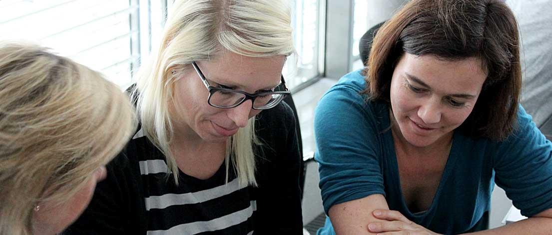 Eva Schmücker (Rheinwerk Verlag GmBH, Bonn) und Nadine Kohl (Rheinwerk Verlag GmBH, Bonn). Typoakademie, Seminar »Typographie im Grafik- und Kommunikationsdesign« am 11. Juni 2015 bei STARTPLATZ im Mediapark Köln. Foto: Wolfgang Beinert, Berlin.