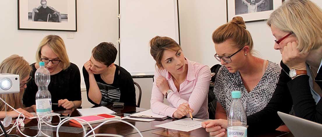 Susanne Nickel (K16 GmbH, Hamburg), Britta Nitsch (K16 GmbH, Hamburg), Elke Horn (atlantis media GmbH, Hamburg), Amadea Cornec (PickMeUp Werbeagentur GmbH, Hamburg), Susanne Schelle (ressourcenmangel hamburg GmbH, Hamburg) und Susanne Spanhake (susanne spanhake WERBUNG DESIGN e.K., Oldenburg). Typoakademie, Seminar »Typografie im Grafik- und Kommunikationsdesign« am 8. Juni 2015 im Literaturhaus Hamburg. Foto: Wolfgang Beinert, Berlin.