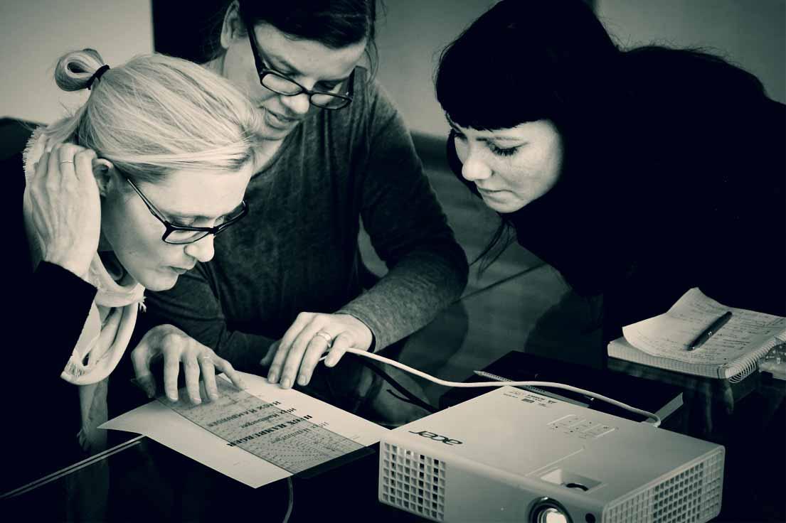 Constance Ewald (pacoon AG | strategie + design, München), Katja Bruhn (cosmoblonde GmbH, Berlin) und Jaqueline Zanger (medjaz, Leipzig). Typoakademie, Seminar »Typografie im Grafik- und Kommunikationsdesign« und Workshop »Schriftmischung« am 18. und 19. November 2016 im Atelier Beinert in Berlin. Foto: Wolfgang Beinert, Berlin.